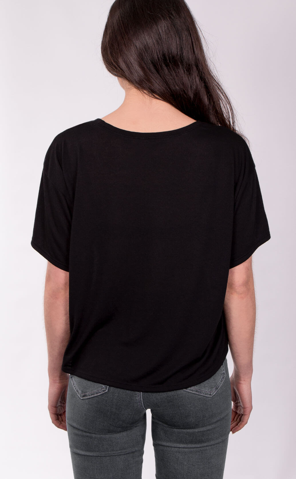 Size guide image for Flowy Boxy Tee shirt type. Shot from the back. Model is dressed in black